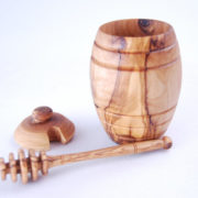 Honey pot inclusive honey dipper nice little honey pot out of olive wood, nice present Dimensions: 13 cm high and 8 cm Ø Maintenance: Olive wood is a natural product that lives. By following the below instructions you will be able to enjoy for a lifetime this authentic olive wood product. - clean using a soft sponge, tepid water and soap. Dry with a kitchen cloth - from time to time after cleaning coat with salad oil to prevent the wood from getting dry - do not put this product in the dishwasher, leave it soaking in water or expose it for long to a source of heat